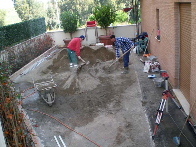 massetti per esterno: mescola sabbia e cemento