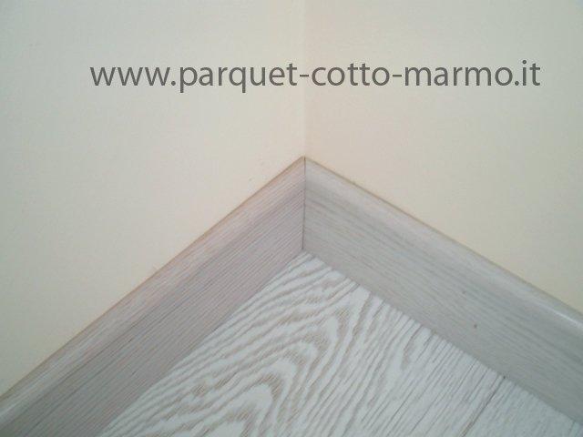 Battiscopa in legno posa in opera pavimenti a roma for Posa perline legno parete
