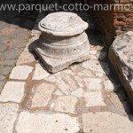 pavimenti per esterno-bollettonato-colonna-in-travertino