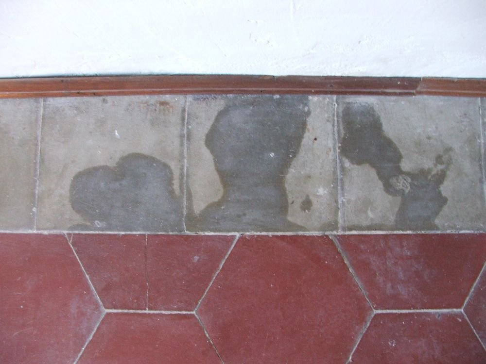 Cementine antiche macchiate